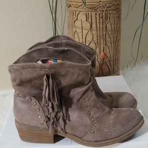 Report WMS Dallas 7 Nude Fringe Studded Booties